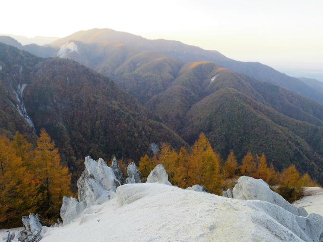 日向山(矢立石~錦滝周回)登山口コースガイド 山頂からの雨乞岳の眺望【登山口ナビ】