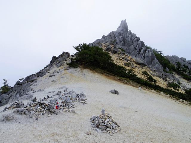 鳳凰三山(広河原~白鳳峠・高嶺)登山口コースガイド 地蔵岳山頂の地蔵群【登山口ナビ】