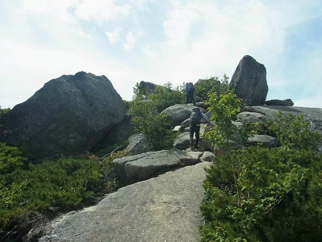 鳳凰三山(夜叉神峠~砂払岳)登山口コースガイド 砂払岳の巨岩下り【登山口ナビ】
