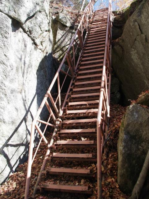 日向山(矢立石~錦滝周回)登山口コースガイド 鉄階段【登山口ナビ】