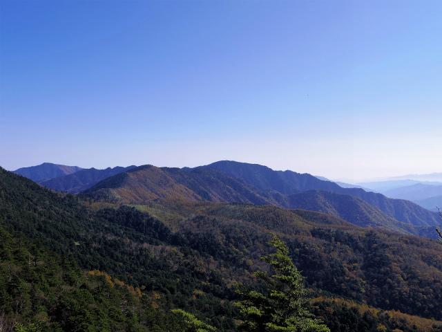 笠取山~唐松尾山~御殿岩 登山口コースガイド 稜線からの飛龍山・雲取山【登山口ナビ】
