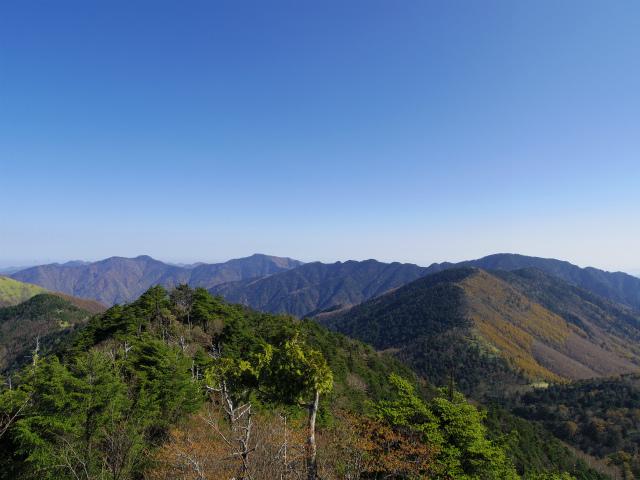 笠取山~唐松尾山~御殿岩 登山口コースガイド 西御殿岩山頂からの飛龍山と雲取山【登山口ナビ】