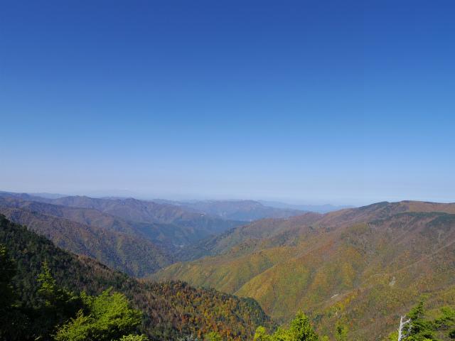 笠取山~唐松尾山~御殿岩 登山口コースガイド 西御殿岩山頂からの両神山や浅間山【登山口ナビ】