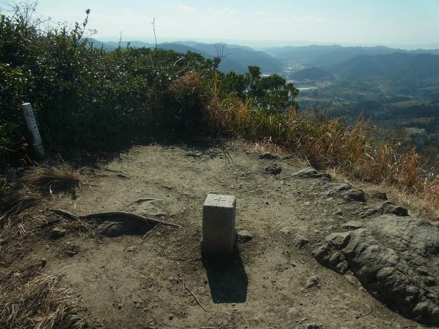 伊予ヶ岳(平群天神社コース) 登山口コースガイド 北峰山頂の三角点【登山口ナビ】