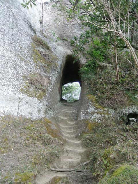 高宕山(石射太郎コース)登山口コースガイド 素掘りのトンネル【登山口ナビ】
