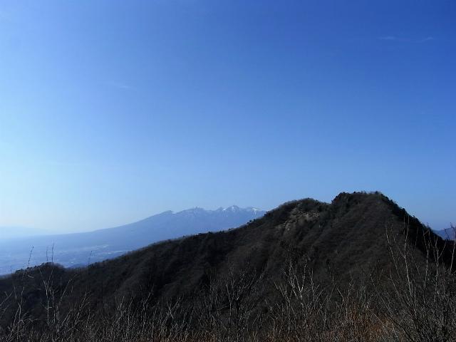 茅ヶ岳(深田記念公園~女岩コース) 登山口コースガイド 茅ヶ岳山頂からの金ヶ岳と八ヶ岳の眺望【登山口ナビ】