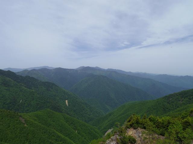 和名倉山(三ノ瀬~東仙波)登山口コースガイド 東仙波の小ピークのガレ場からの奥秩父の山々【登山口ナビ】