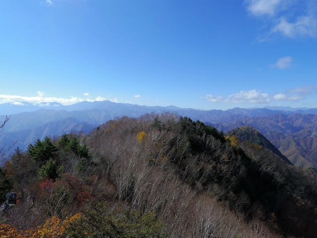 両神山(日向大谷・表参道ルート) 登山口コースガイド 両神山山頂から奥秩父主稜の眺望【登山口ナビ】