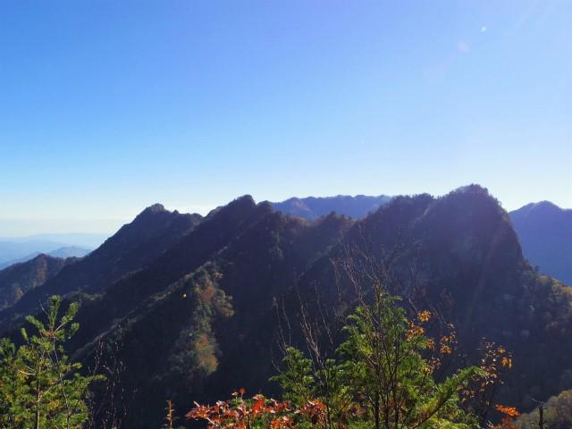 大ナゲシ(赤岩峠経由) 登山口コースガイド 山頂からの赤岩尾根【登山口ナビ】