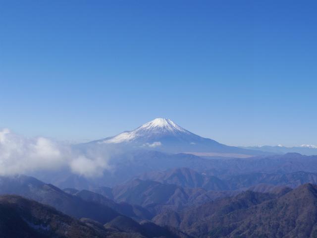塔ノ岳(丹沢表尾根) 登山口コースガイド 塔ノ岳山頂からの主稜線の富士山と南アルプス【登山口ナビ】