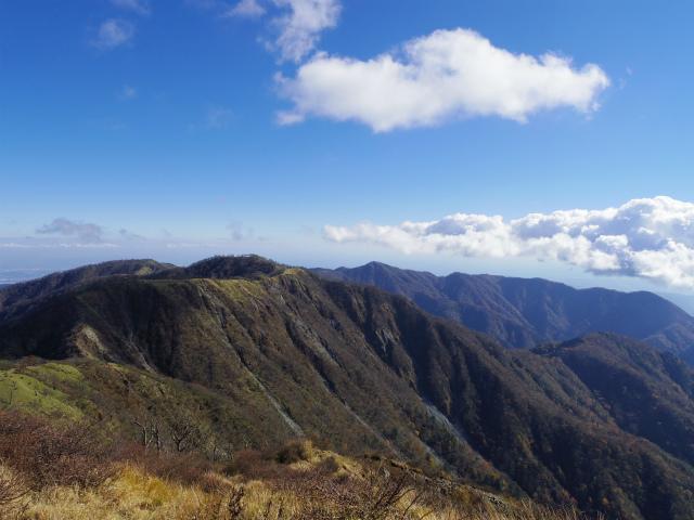 蛭ヶ岳(榛ノ木丸~姫次)コースガイド 蛭ヶ岳山頂からの丹沢主脈【登山口ナビ】