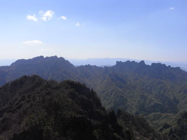 裏妙義・丁須の頭(御岳コース) 登山口コースガイド 丁須の頭山頂からの表妙義山【登山口ナビ】