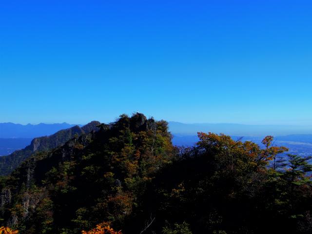 表妙義・金洞山(中ノ岳~鷹戻し~相馬岳) 登山口コースガイド 中ノ岳山頂からの東岳【登山口ナビ】