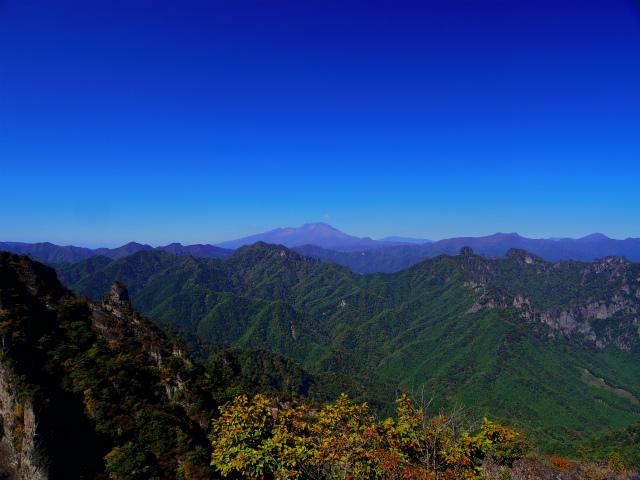 表妙義・金洞山(中ノ岳~鷹戻し~相馬岳) 登山口コースガイド 東岳山頂からの浅間山・裏妙義【登山口ナビ】