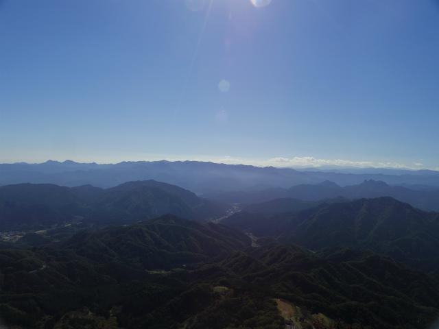 表妙義・金洞山(中ノ岳~鷹戻し~相馬岳) 登山口コースガイド 東岳山頂からの奥秩父の山々【登山口ナビ】
