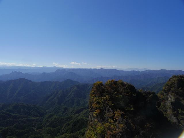 表妙義・金洞山(中ノ岳~鷹戻し~相馬岳) 登山口コースガイド 東岳山頂からの荒船山・八ヶ岳【登山口ナビ】