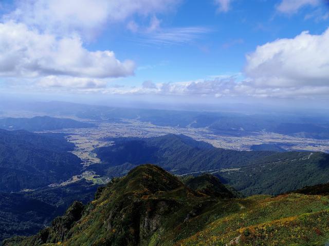 八海山(屏風道~新開道)地蔵岳山頂から南魚沼市街・魚沼丘陵の展望【登山口コースガイド】