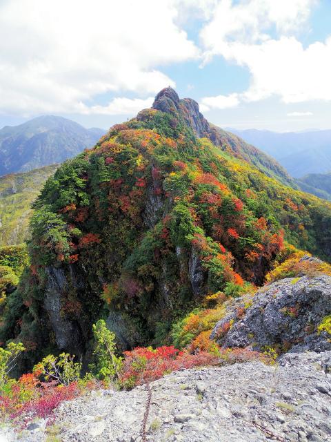 八海山(屏風道~新開道)不動岳山頂からの八ツ峰稜線【登山口コースガイド】