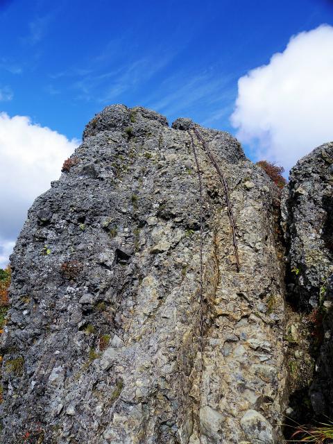 八海山(屏風道~新開道)不動岳山頂直下の鎖場【登山口コースガイド】