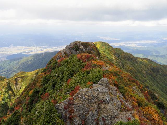 八海山(屏風道~新開道)トラバース岩峰からの眺望【登山口コースガイド】
