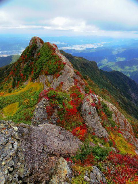 八海山(屏風道~新開道)摩利支岳山頂からの釈迦岳・白河岳【登山口コースガイド】