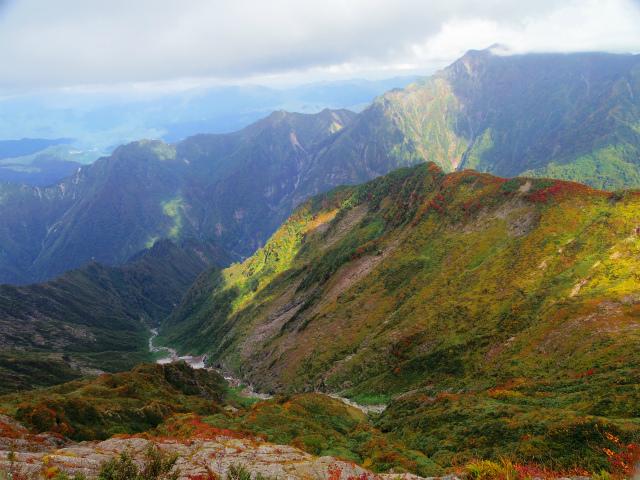 八海山(屏風道~新開道)摩利支岳山頂からの高倉沢渓谷の眺望【登山口コースガイド】