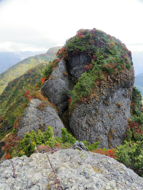 八海山(屏風道~新開道)摩利支岳山頂からの剣ヶ峰の眺望【登山口コースガイド】