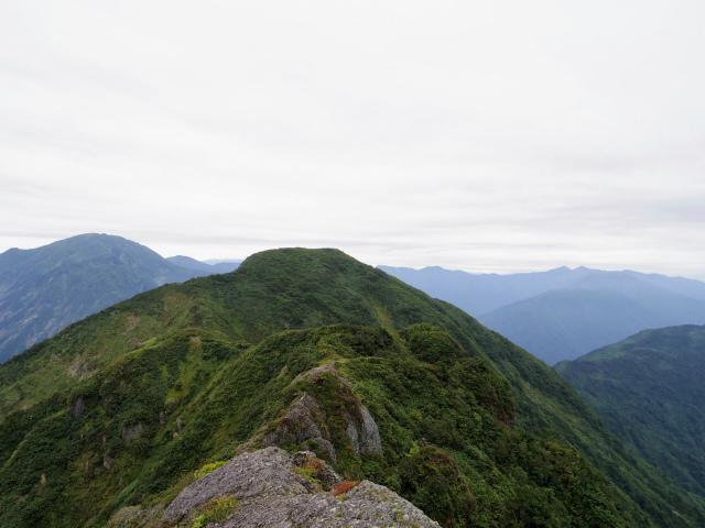 八海山(屏風道~新開道)大日岳山頂からの不動岳の展望【登山口コースガイド】