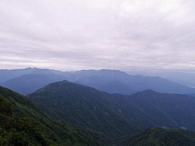 八海山(屏風道~新開道)大日岳山頂からの巻機山の展望【登山口コースガイド】