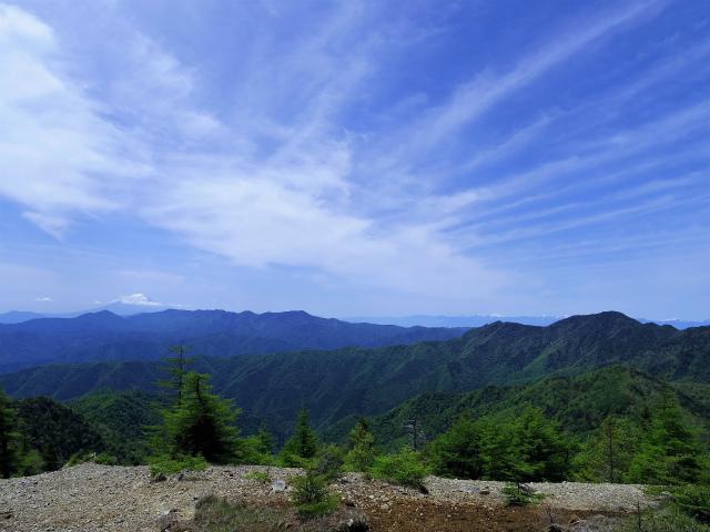 雲取山(七ツ石山・鴨沢ルート)登山口コースガイド 山頂手前からの富士山・大菩薩連嶺・南アルプス【登山口ナビ】