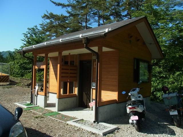 丹波山村営 小袖乗越駐車場に新設されたトイレ【登山口ナビ】