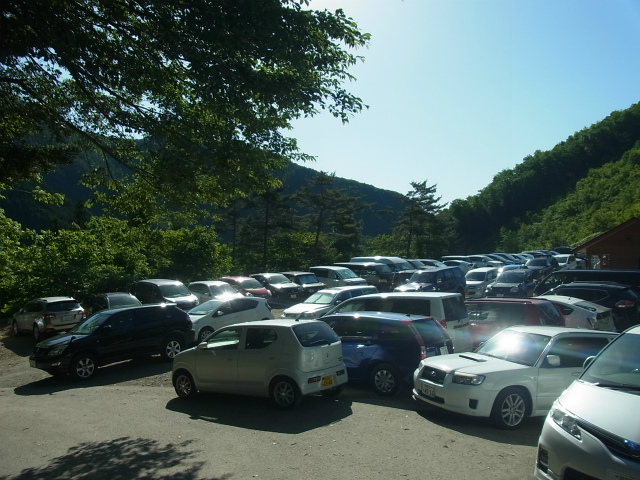 雲取山登山者で混雑する小袖乗越駐車場【登山口ナビ】