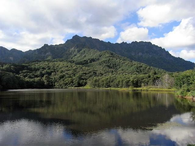 戸隠山(西岳・本院岳~P1尾根) 登山口コースガイド 鏡池と戸隠連山【登山口ナビ】