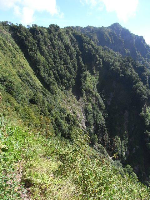 戸隠山(西岳・本院岳~P1尾根) 登山口コースガイド 八方睨からの稜線ルートの断崖【登山口ナビ】
