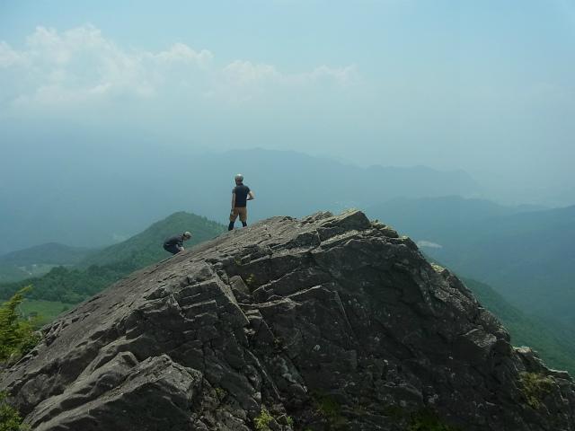 乾徳山(徳和峠~道満尾根コース)登山口コースガイド 髭剃岩の展望【登山口ナビ】