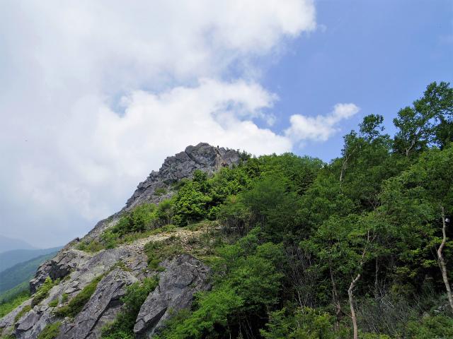 乾徳山(大平高原~道満尾根)登山口コースガイド 露岩の展望台からの山頂【登山口ナビ】