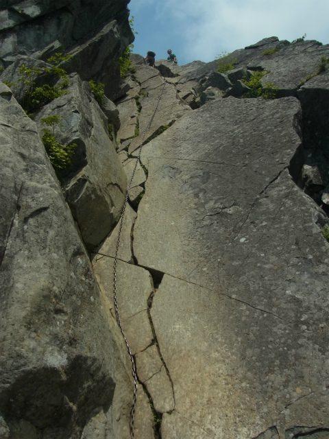 乾徳山(徳和峠~道満尾根コース)鳳岩の鎖場【登山口ナビ】