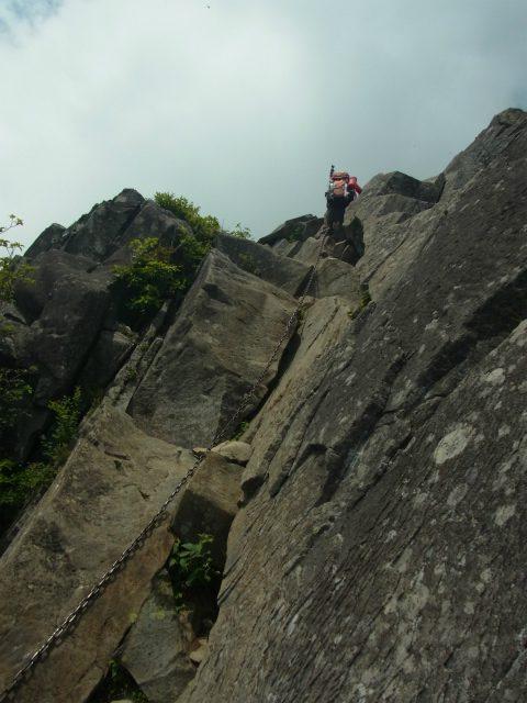 乾徳山(大平高原~道満尾根)登山口コースガイド 鳳岩の鎖場【登山口ナビ】