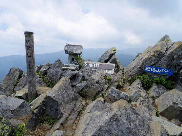 乾徳山(大平高原~道満尾根)登山口コースガイド 鳳岩山頂【登山口ナビ】