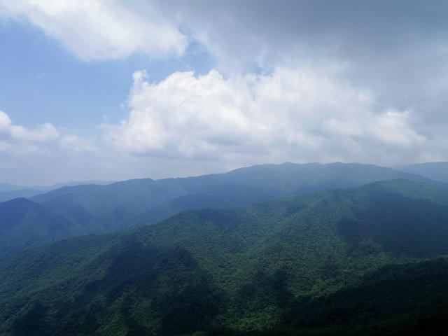乾徳山(大平高原~道満尾根)登山口コースガイド 鳳岩山頂からの奥秩父・金峰山【登山口ナビ】