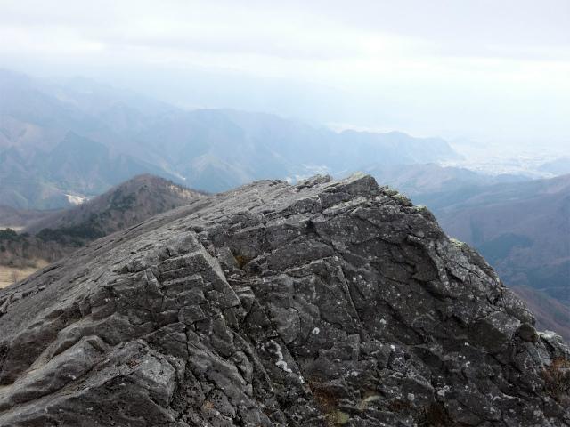 乾徳山(銀晶水・徳和コース)登山口コースガイド 髭剃岩の展望【登山口ナビ】
