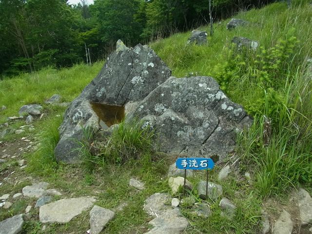 乾徳山(銀晶水・徳和コース)登山口コースガイド 扇平の手洗石【登山口ナビ】