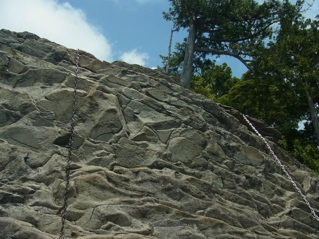 乾徳山(銀晶水・徳和コース)登山口コースガイド カミナリ岩の鎖場【登山口ナビ】