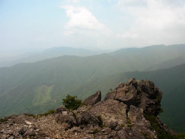 乾徳山(銀晶水・徳和コース)登山口コースガイド 露岩の展望台【登山口ナビ】