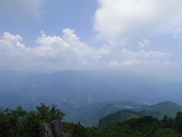 乾徳山(銀晶水・徳和コース)登山口コースガイド 鳳岩山頂からの大菩薩・大平高原【登山口ナビ】