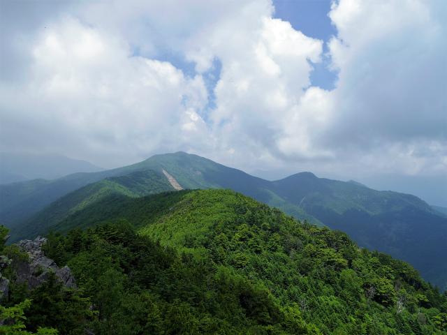 乾徳山(銀晶水・徳和コース)登山口コースガイド 鳳岩山頂からの黒金山【登山口ナビ】
