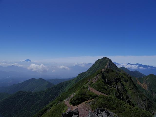 八ヶ岳・横岳(県界尾根)登山口コースガイド 三叉峰山頂からの赤岳と富士山【登山口ナビ】