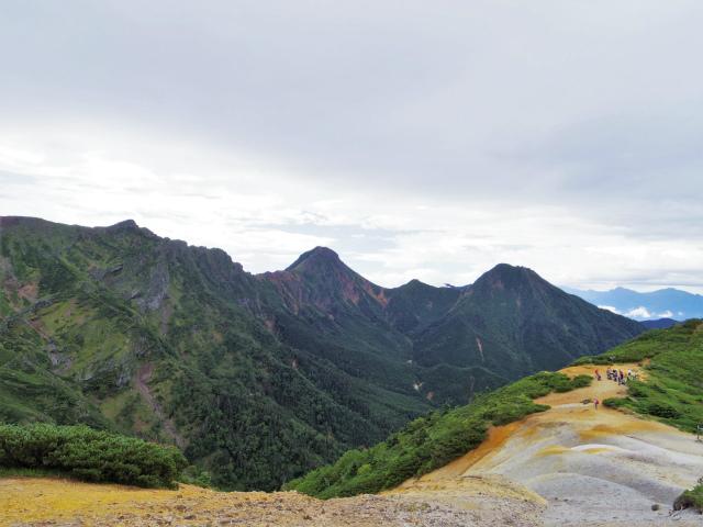 八ヶ岳・横岳(桜平~硫黄岳~奥ノ院) 登山口コースガイド 赤岩の頭鞍部から横岳の展望【登山口ナビ】