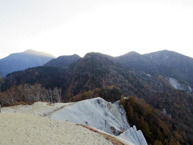 日向山(矢立石~錦滝周回)登山口コースガイド 山頂からの紅葉【登山口ナビ】