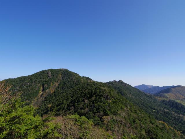 笠取山~唐松尾山~御殿岩 登山口コースガイド 稜線からの唐松尾山【登山口ナビ】